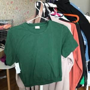 Superfin grön tröja jag köpte utomlands för ca 300 kr, jättesöt och aldrig använd
