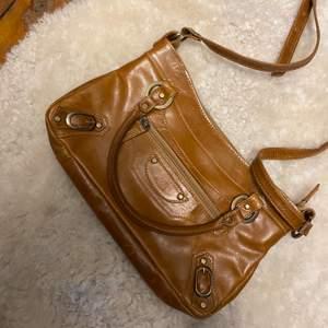 Säljer min väska från The Monte som köptes för ca 400 men gjort lite research och kostar över 1000 som ny, jättebra skick!!! Liknar lite Balenciaga väskan på framsidan. Ljusbrun färg och har axelband om man skulle vilja. ❤️