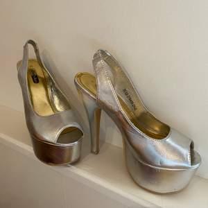 Högklackade skor med platå i silver, sparsamt använda. Storlek 35 men passar mig som har storlek 36