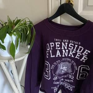 Säljer mina fina mörk lila tröja med stort tryck💜💜 den är en kroppad sweatshirt och har fin passform✨✨ inget fel på den alls, skriv vid intresse💜