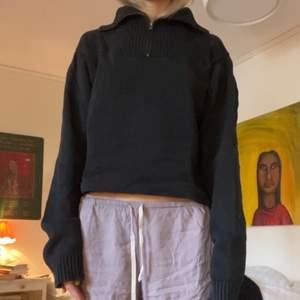 Så snygg croppad tröja som inte kommer till användning. Skick är okej, lite sömmar som hänger