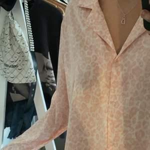 Fint pyjamasset, det i strl L men passar även M och större S! Den har små fläckar på framsidan men inte alls tydliga! Tar emot bud ifrån 100(KÖP DIREKT:160)