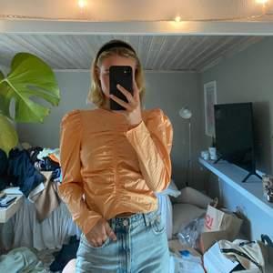 Orange blus från Gina tricot, aldrig använd ❤️