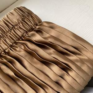 En lång guldig kjol! Aldrig använd!
