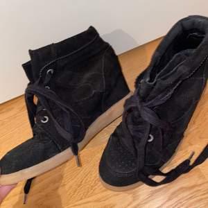 Svarta pavement skor i storlek 39, men passar mig som har storlek 38. Skorna är som nyskick. Nypris=1200kr. Frakten är inkluderad i priset