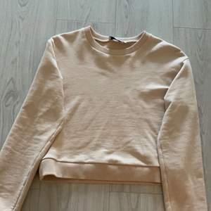 Fin sweatshirt från NA-KD i storlek m men skulle säga att den är en s eller xs, köpte den från Tise och har en liten fettfläck men inget man lägger märke till, den var där när jag köpte den 💞köparen står för frakten