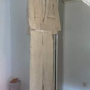 Jag säljer mitt fina beiga set från Gina tricot stl.34 i kavajen men är lite stor i storleken och stl.38 i byxorna säljer det för 250 kr men kan även sälja del för del❤️köparen står för frakt