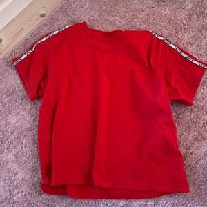 Jättefin t-Shirt från Levis. Bra skick. Frakt ingår ej💕