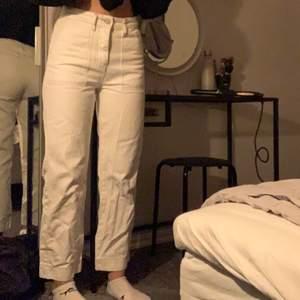 Ett par vita jeans med coola detaljer från Gina tricot. Knappt använda, därför i bra skick. Sitter bra på mig som är 165 lång. Köpte för 400kr. Köparen står för frakten☺️💓