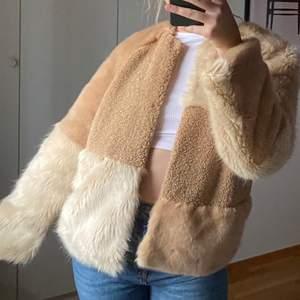 Beige/brun pälsjacka från zara! Väldigt mjuk o gosig🐻 endast använd en gång, köparen står för frakt