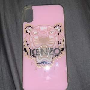 Säljer ett Kenzo skal för IPhone XS. Använt ca 2-3 gånger. Kan skicka fler bilder om de behövs. Frakt ingår inte i priset.