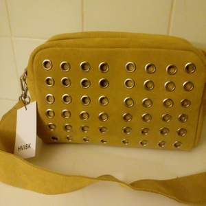 Helt ny crossbody väska i äkta mocka fr Hvisk, 22x15x6cm, färg curry. Nypris 759kr. Kan skickas mot fraktkostnad