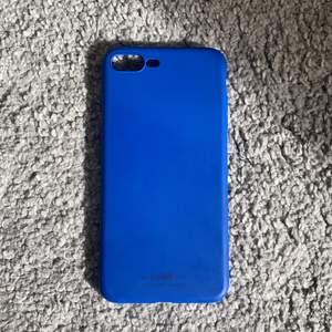 Ett mörkblått holditskal till iPhone 8+. Köpt för 149 och bara använt typ 2 ggr!🥂 säljer för 100+frakt