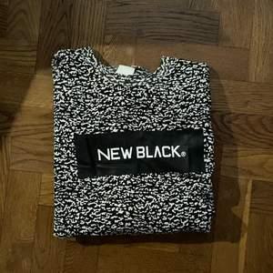 Long sleeve new black shirt. Knappt använd, väldigt bra skick, s/m, väldigt stor i storleken då de är en here tröja (tror jag, lite osäker) men väldigt ball iaf. Pris är utan frakt