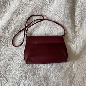 Vinröd handväska från Urban Outfitters! Använd ett fåtal gånger men i fint skick.