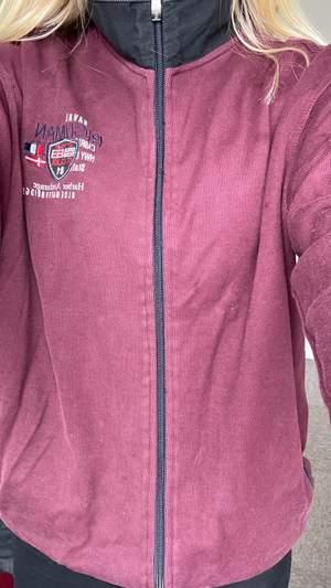 En vinröd zip up hoodie. Nästan oanvänd. Väldigt skön & passar perfekt nu när det börjar bli kallare ute. Den är i strl L men passar som en S eller M om man vill ha den lite oversized. <3