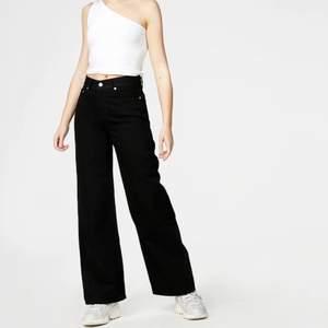 Straight jeans från junkyard, nypris är 599kr. Likadan modell som de blåa jeansen från junkyard fast svarta. Använda, så lite slitna i den svarta färgen men inget man tänker på. 25 i midjan (motsvarar ungefär xs)  dock för korta för mig som är runt 173💕hör av dig vid frågor eller bilder🤍💕