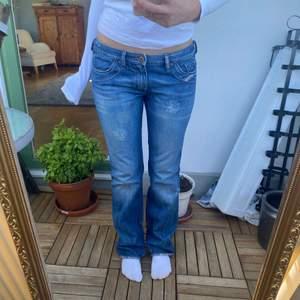 Så snygga lågmidjade jeans från diesel, står ingen storlek men passar mig som brukar sa ca storlek 28 i midjan💕 är 168 cm lång och på mig går jeansen hela vägen ner till marken!