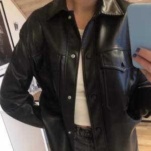 Dags o sälja denna skitsnygga skinn skjortjackan från bershka🥺🥺 stl xs/s men lite oversize. Helt slut, finns ej på hemsidan. Perfekt nu när hösten kommit!!