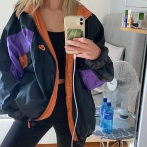 säljer denna as snygga secondhand köpta jacka ifrån nike! den är i storlek XL och passar alla storlekar beroende på hur man vill att den ska sitta! 💓 köp direkt för 200+frakt