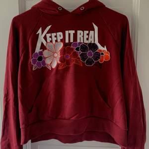 Vinröd oversized hoodie från Monki💕 aldrig använd. Storlek S. Priset inkluderar frakt