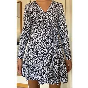 Säljer denna snygga svartvita leopardklänning. Den har aldrig använts så den är som nyköpt!