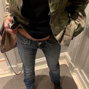 Säljer nu dessa super snygga lågmidjade Acne Jeans som jag köpte här på Plick tidigare. Säljer då de är alldeles för små för mig, därav lånade bilder från tidigare ägaren. Jätte fin tvätt och längd. Skulle säga att de är lite tightare än vad de ser ut att vara på bilderna.  (Storlek: 25/34)🥰