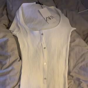 Vit klänning från zara, aldeig använd. Glömde skicka tillbaka den.