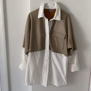 Oversized skjorta från Bianca Ingrossos kollektion med Nelly.com. Fint skick! Strl 36 men funkar för en strl 38 också. Beige och vit!