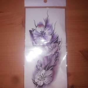 Helt ny/oöppnad stor tillfällig tatuering med vackert motiv. Instruktioner finnes i paketet.                       Ink. frakten 11:-