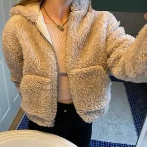 Jättemysig & varm pälsjacka från Urban Outfitters med luva! Köpt för två år sedan men knappt använd pga är för blek på vintern för att ha något ljusare än svart :-) I nyskick & storlek M men funkar lika bra som S. Nypris var 69£ så ca 830 SEK