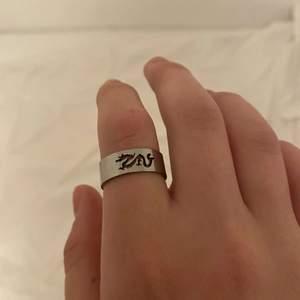Superfin ring med drak motiv i rostfritt stål, vet dock ej stl❤️ vet inte riktigt frakten Heller men vill ni köpa så skriver ja den rätta frakten!