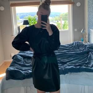 Klänning i fakeläder från Gina Tricot, aldrig använd☺️