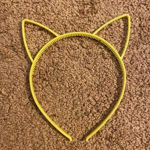 Ett par gula vanliga katt öron!! Köpt för länge sedan. Vet inte vart! Men använder inte & inte gjort så mycket!