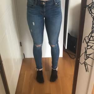 Lågmidjade Skinny Jeans från lager 157 i storlek xs. Det är stretchiga och bra skick. Anledningen till att jag säljer dem är för att de har växt ur mig. Bilden var tagen igår så de sitter riktigt tajt på mig nu men passar för någon som är lite mindre i kroppsformen❤️Kan självklart skickas, frakt ingår❤️🥰