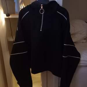 En svart hoodie från H&M i bra skick, strl M. Säljer pga av att den inte används längre. Skriv vid intresse!