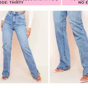 Säljer nu ett par knappt använda jeans från Missy empire, jag har klippt i dom så de slutar lite längre än fötterna på mig som är 163cm🥰