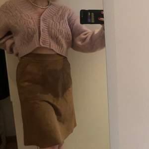 En brun mocka kjol till knäna som jag tycker om mycket men som inte kommer till användning längre. Kan båda kläs upp och ner. Frakt tillkommer.                                                              Nypris: 400kr