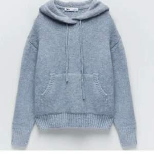 Ljusblå hoodie från zara. Den är helt oanvänd och är i ett superskönt material. Storlek s men passar både xs och m beroende på hur man vill ha den. Köpt för 399kr men den har endast hängt i garderoben med lappen på därav säljer jag den. Om många är intresserade blir det budgivning‼️