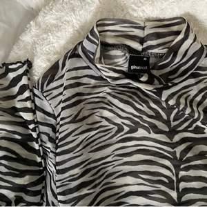 Kortare nättröja i zebramönster med  polokrage och frill ärmar, superfin! Knappt använd (frakt ingår i priset)