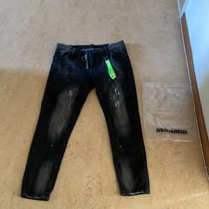 Helt oanväda dsq2 jeans, köpte de och de vart för stora så kan inte ha på mig de. 10/10 i skick helt oanväda.