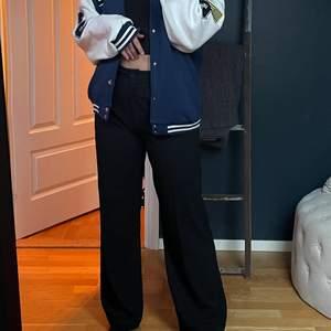 Säjer mina snygga kostymbyxor från chiquelle då jag har två par. Dessa är helt oanvända. Perfekt i längden!💙 Orginalpris: 500kr