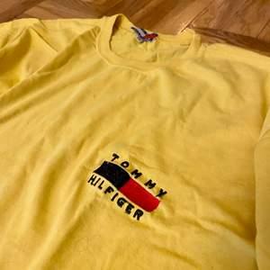 Oversized Tommy Hilfiger t-shirt inköpt second hand i London. Märkt med strl XXL men är snarare en loosefit L. Har själv haft den till cykelbyxor eller liknande och faller mjukt mot höfterna. One of a kind så passa på! 😍