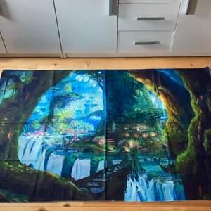 """Tapestry köpt på Amazon för typ 250kr+frakt. Säljer då jag inte är nöjd med utseendet. Skriv för närmre bilder på trycket! Man ser vad det ska föreställa men den är lite """"blurrig"""" och utan kontraster typ. Saker att sätta upp den med medföljer."""