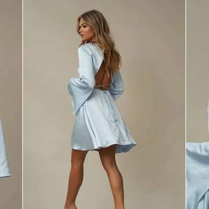 En ljusblå känning i silk / satin material från Nakd x Hanna Schönberg i storlek 36. Endast använd en gång och säljs då den inte används. Bilder lånade från nakds hemsida, kontakta mig om du vill ha fler bilder :)