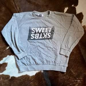 Sweet sktbs sweatshirt med schysst vintage stuk på sig🤍  Storlek S (passar en M).       pris 120kr🤍.     Köparen står för frakten 🤍