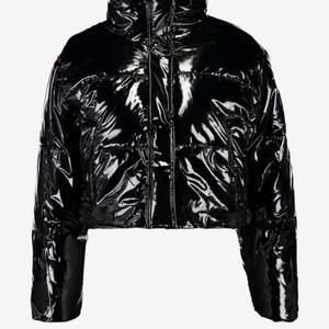 Säljer min fina lack jacka ifrån topshop, då den inte kommer t anfvändning. Den är i storlek 38 men passar även 36 o neråt. Frakten tillkommer.