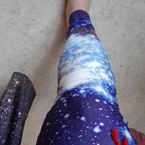 Galaxy-tights♡ köpta nya och använda 2-3 gånger. Asballa! Man kan ha med oversize skjorta t ex jag älskar dem men kommer inte till användning just nu! Tag bortklippt då den sticktes men det är storlek S, passar även en person i M. Mycket sköna.