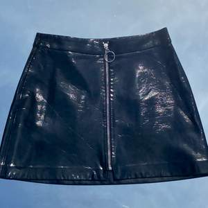 Svart lack-kjol från Zara. Sparsamt använd! Storlek S. Ser ut som repor på bilden men det är bara veck som rätar ut sig när man har den på sig. Köp flera plagg och få paketpris! 🤩