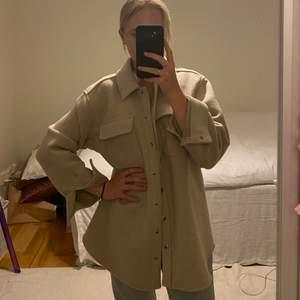 Superpopulär jacka i en skjortmodell och i ull från & Other Stories. Storlek 34.
